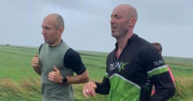 De Amelander Ironman van Joeval Benjamins brengt 10 mille op; Arjen Robben loopt mee – WTJ 1562